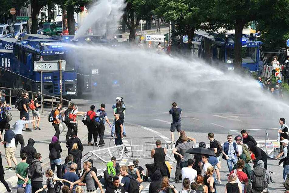 Am Tag: Demonstranten werden von der Polizei nahe der Elbphilharmonie mit Wasserwerfern beschossen.