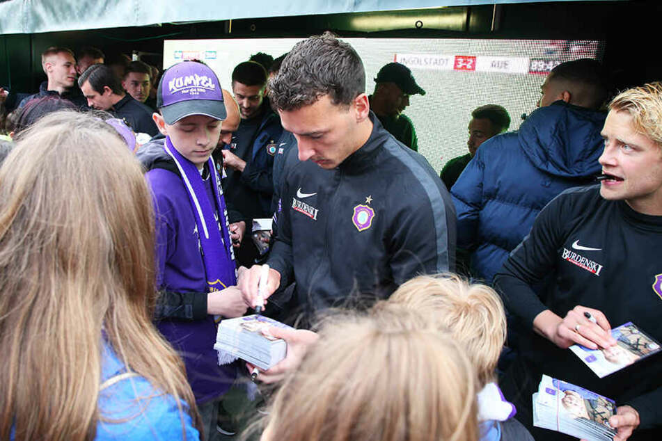 Den Fans gab er bereitwillig Autogramme, der Verein aber wartet noch auf die Unterschrift von Dominik Wydra.