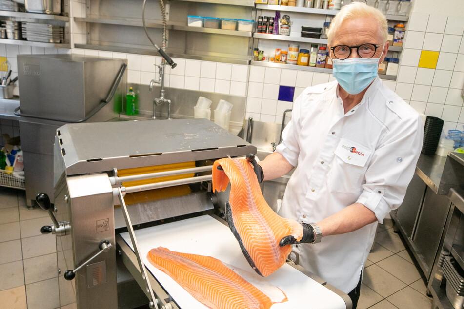 Wolle Förster (65) hat unter anderem in eine Fischenthäutungsmaschine investiert. Was martialisch klingt, beschert den Kunden schneller leckeres Sushi.