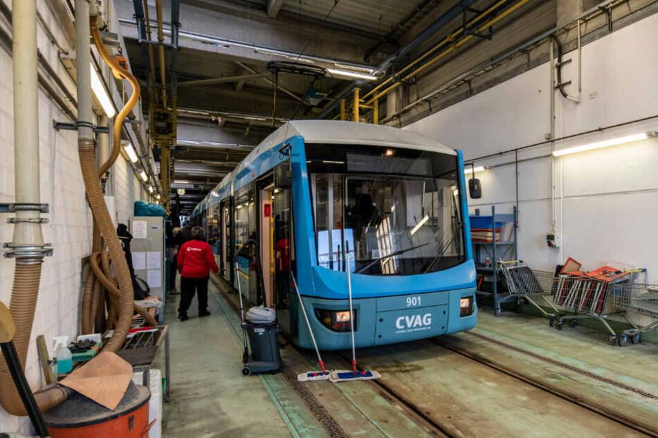 Auf dem Saubermach-Gleis: Die Reinigung der Busse und Straßenbahnen findet in der Adelsberger CVAG-Betriebshalle statt.