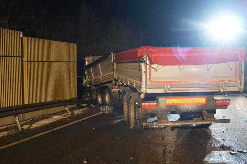 Der verunfallte Lastwagen durchbrach die Leitplanke.