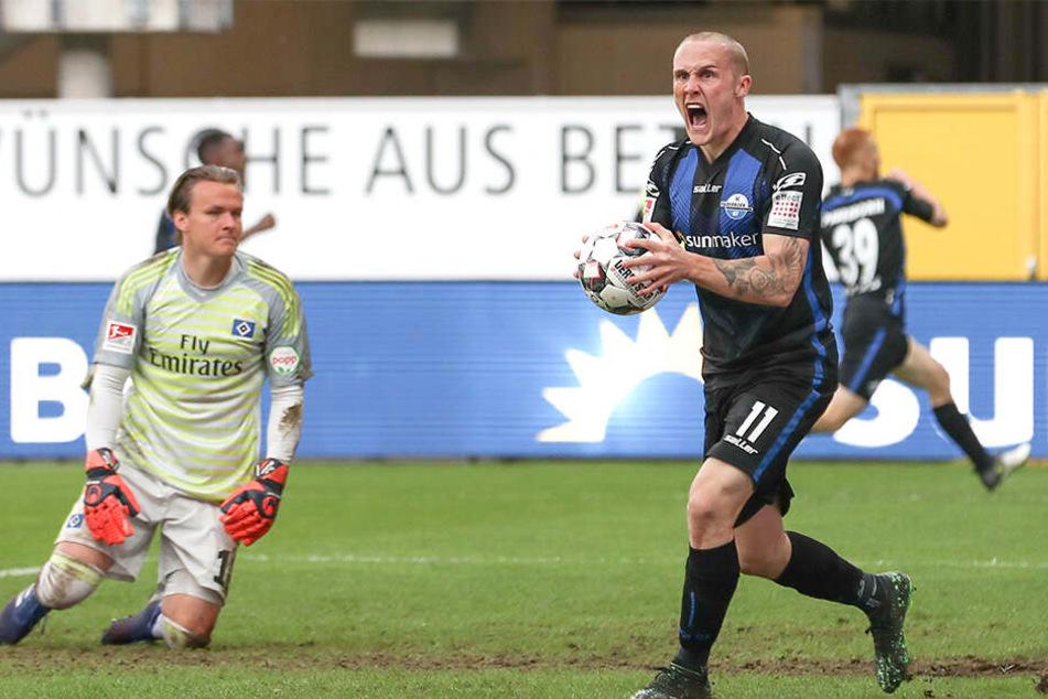 Paderborns Sven Michel (r) feiert den Treffer zum 2:0 durch Vasiliadis.