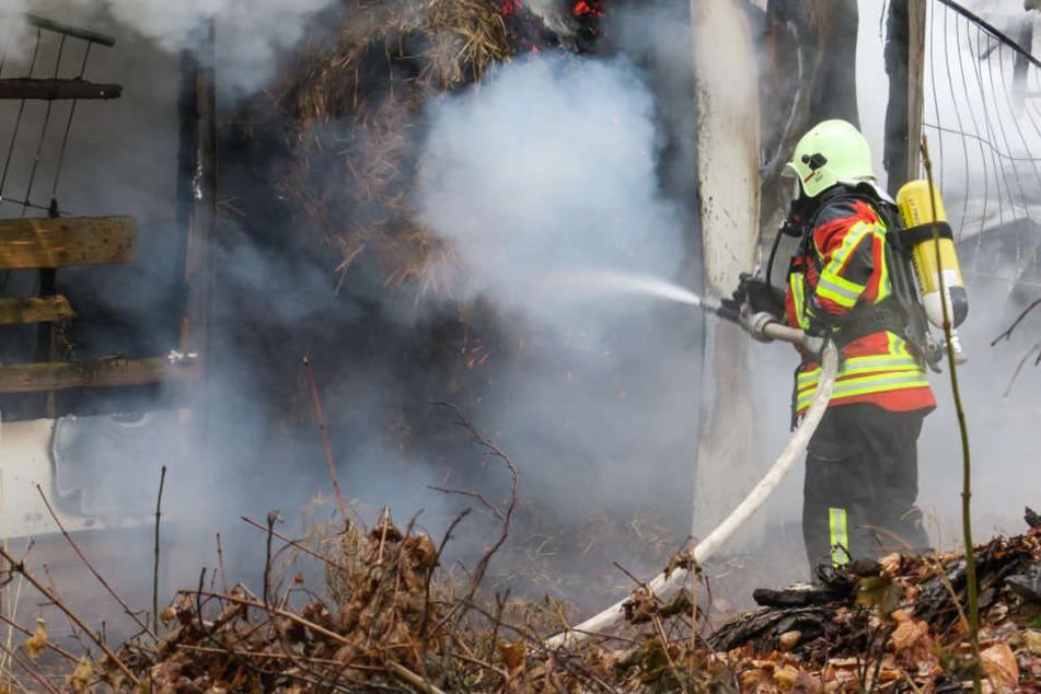 Die Feuerwehr war mit 38 Einsatzkräften vor Ort, um das Stroh zu löschen.