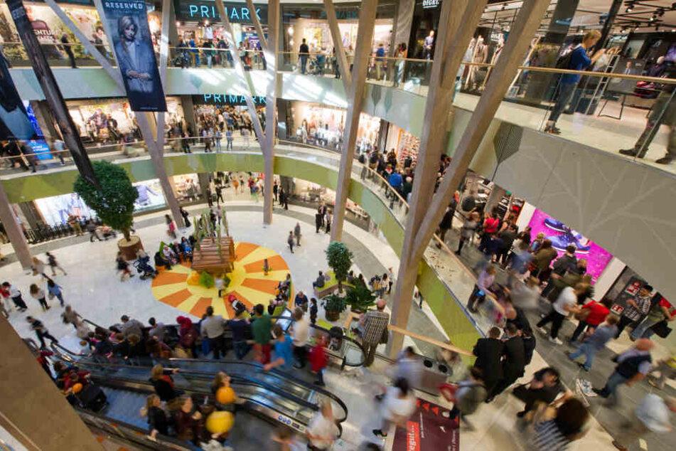 Besucher laufen durch das Milaneo-Einkaufzentrum. (Archivbild)