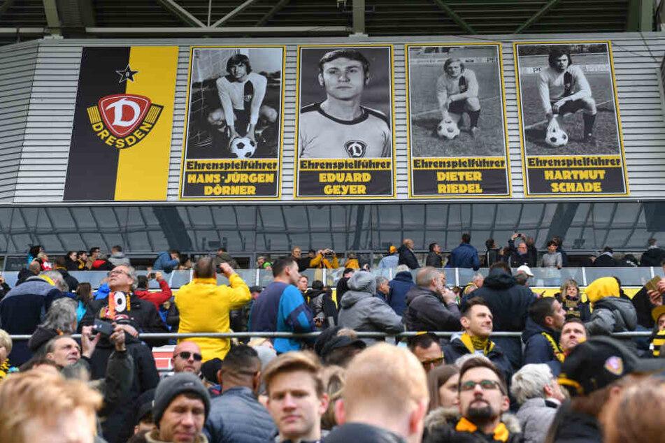 Die riesigen Porträts der Ehrenspielführer hängen nun im Stadion.
