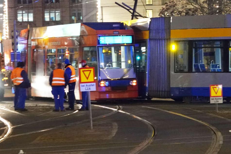 Auf der Westseite des Leipziger Hauptbahnhofs hat es am Samstagabend gekracht. Offenbar versperrten Autos den Fahrtweg der Linie 9.