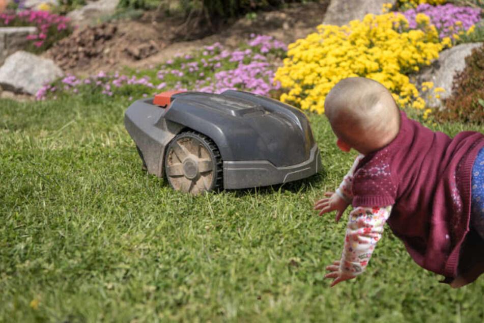 Rasenroboter machen vor kleinen Kindern nicht halt, verursachen schlimme Verletzungen. (Bildmontage)