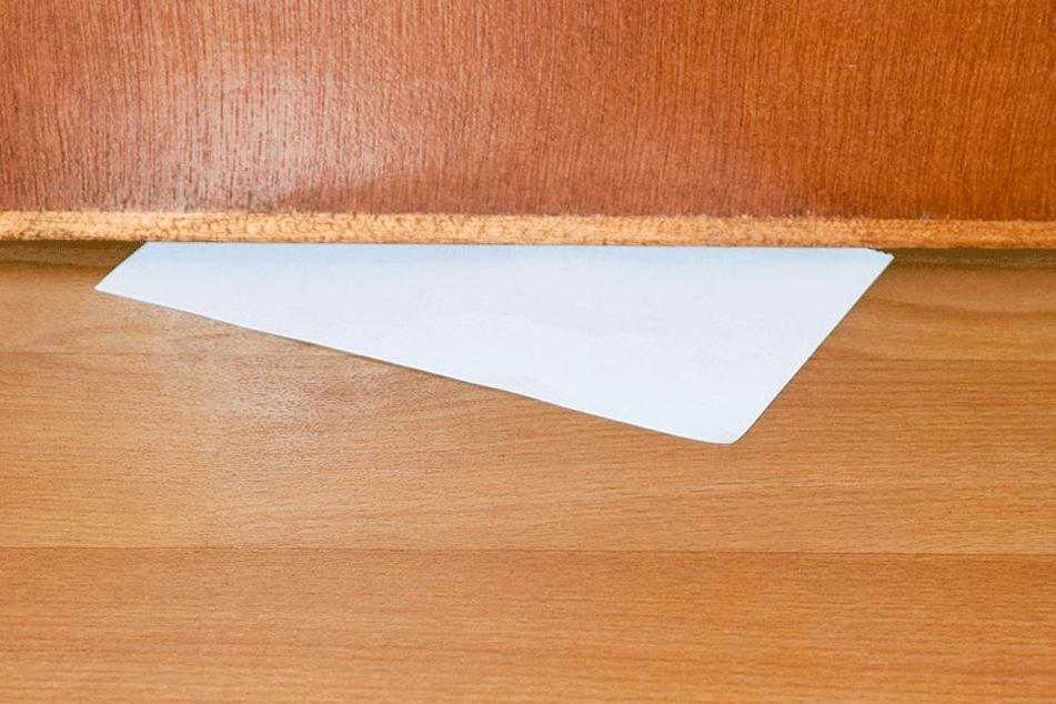 Der Brief wurde unter der Tür durchgeschoben (Symbolbild).