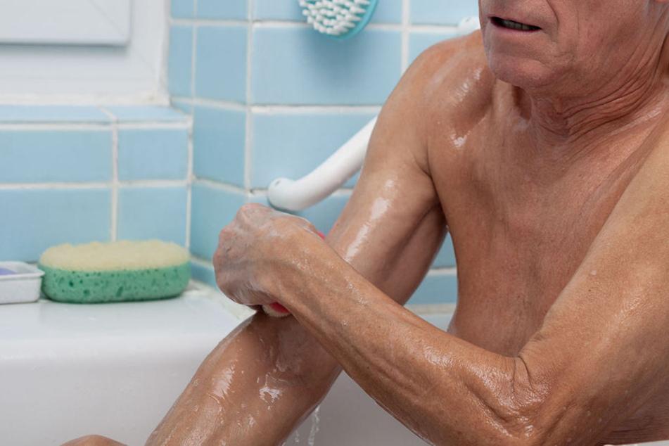 Ein Rentner stirbt in einem Pflegeheim, nachdem er beim Baden schwere Verbrühungen erlitten hat. Wer trägt die Schuld am Tod des Mannes? (Symbolbild)