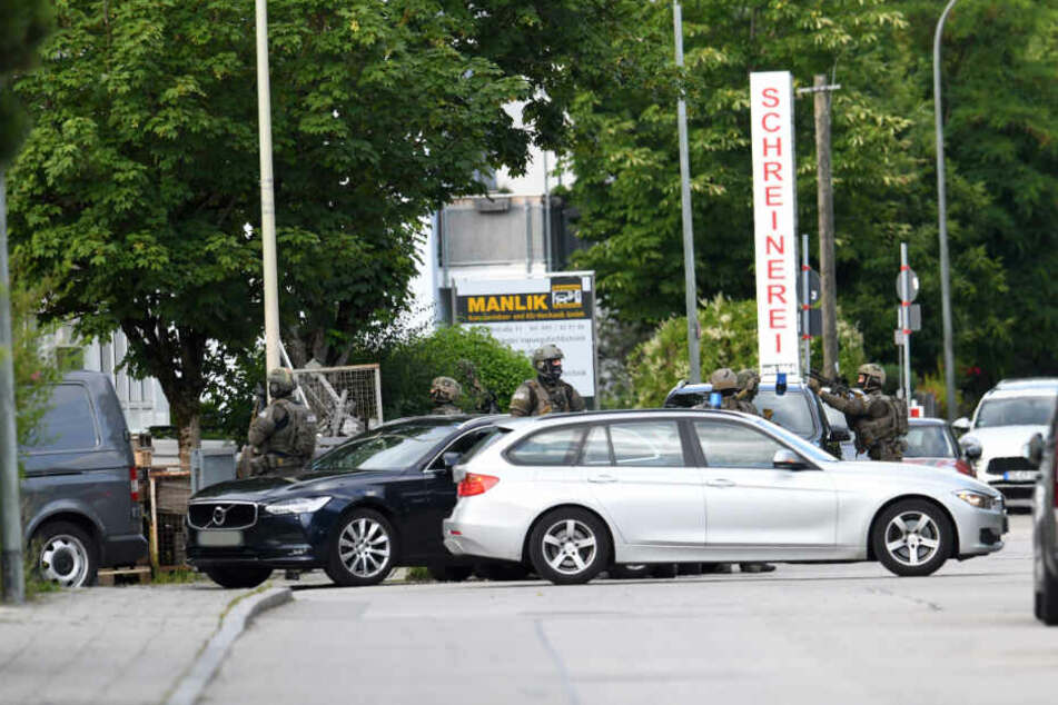 Ein Großaufgebot der Polizei hat ein Hotel im Münchner Vorort Aschheim nach einem bewaffneten Mann durchsucht.