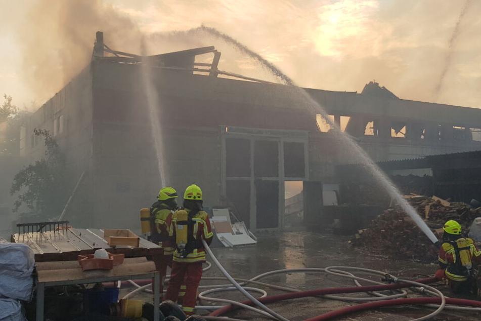 Sächsisches Lagerhallen-Dach stürzt ein, Oldtimer und Medikamente fackeln ab