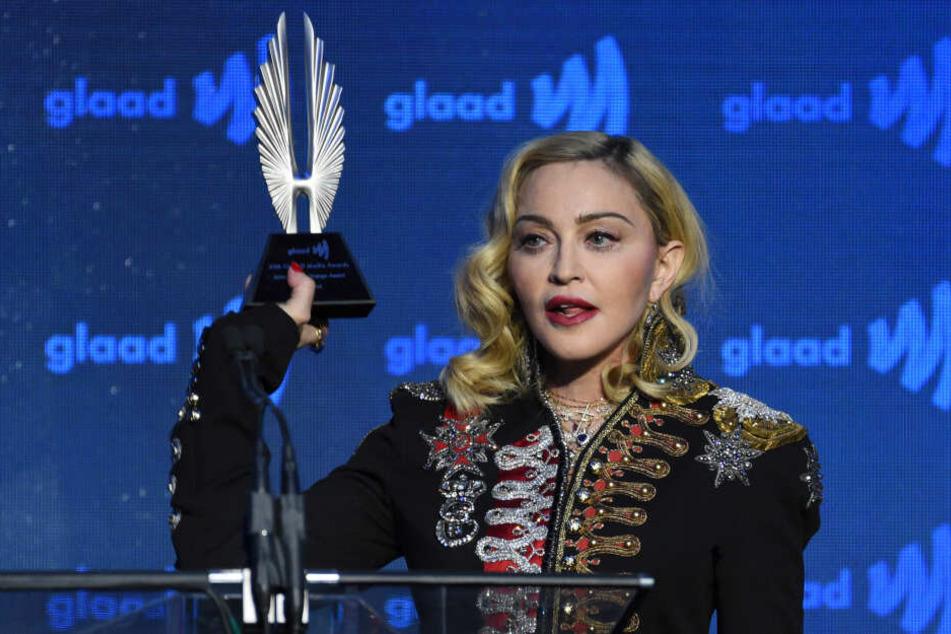 Sängerin Madonna nimmt den 'Advocate for Change Award' entgegen.