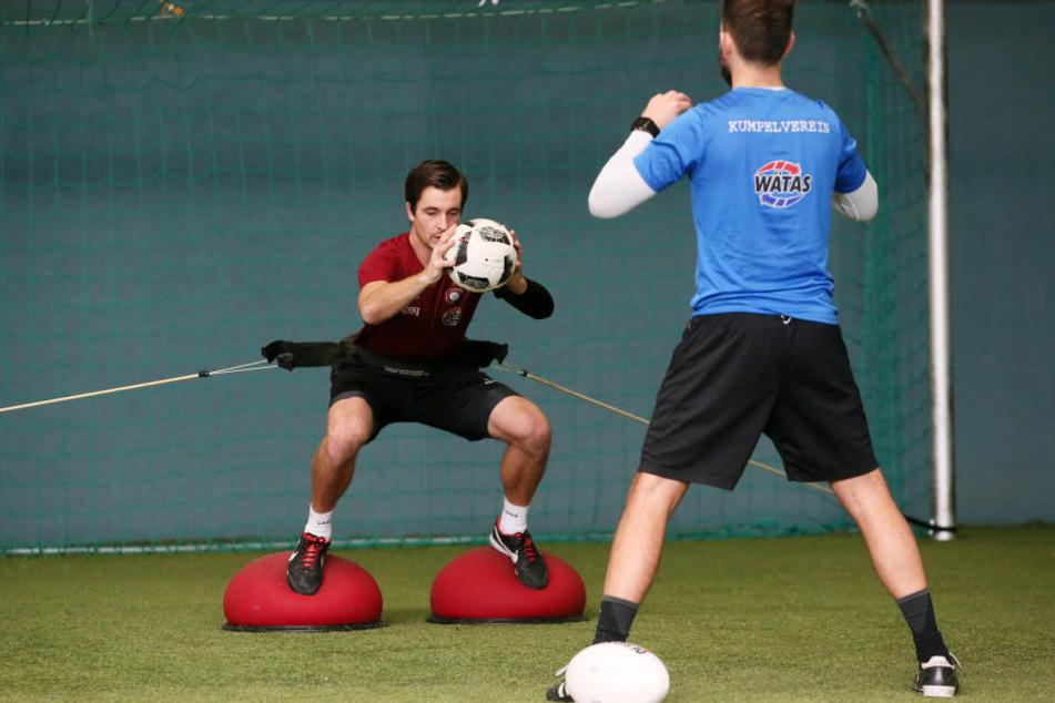 Martin Männel nimmt den Ball schon wieder in die Hand. Hier trainiert er mit Torwarttrainer Max Urwantschky.