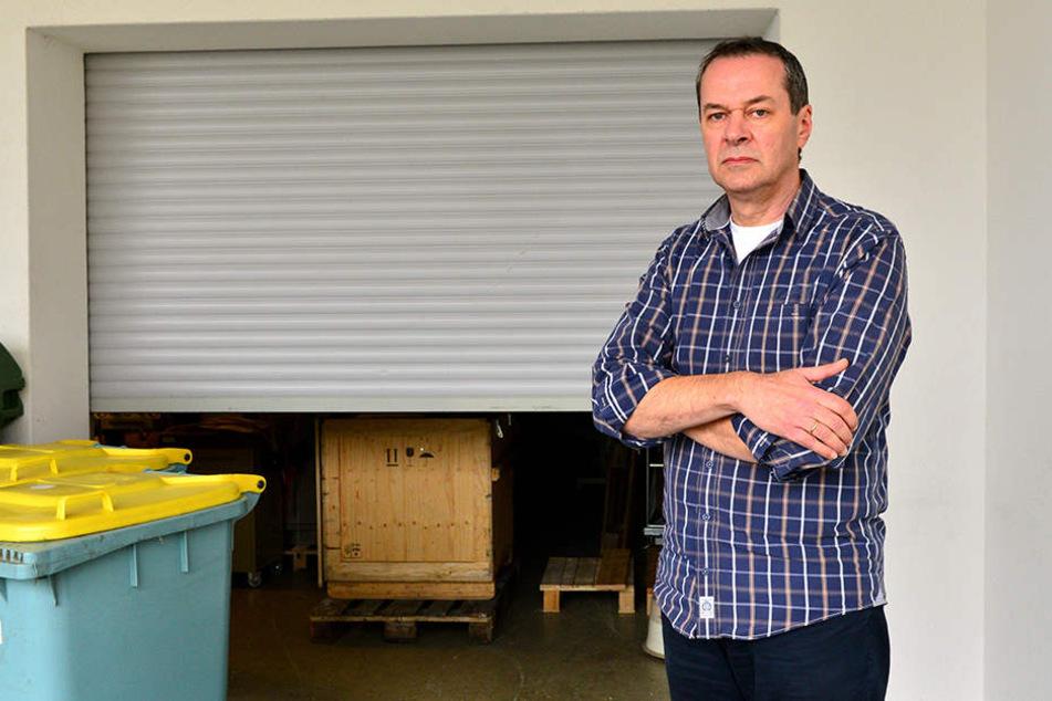 Firmenchef Andreas Titz (48) ist sauer: Durch dieses Rolltor kamen die Diebe  ins Gebäude.