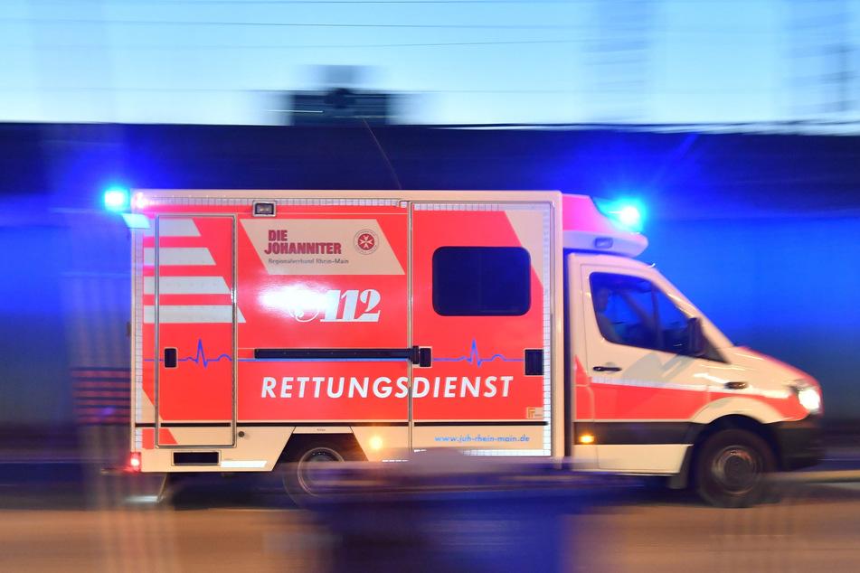 Ein Rettungswagen ist mit eingeschaltetem Blaulicht im Einsatz. Auf Deutschlands Straßen ist trotz weniger Verkehrs im Corona-Lockdown das Risiko tödlicher Unfälle gestiegen.