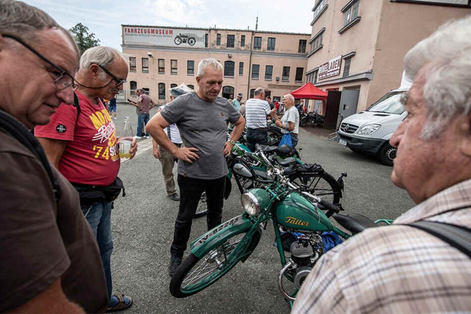 Wanderer-Fahrer Günter Kluge (69, 2. v.l.) traf sich mit anderen Kleinmotorrad-Begeisterten im Chemnitzer Fahrzeugmuseum.