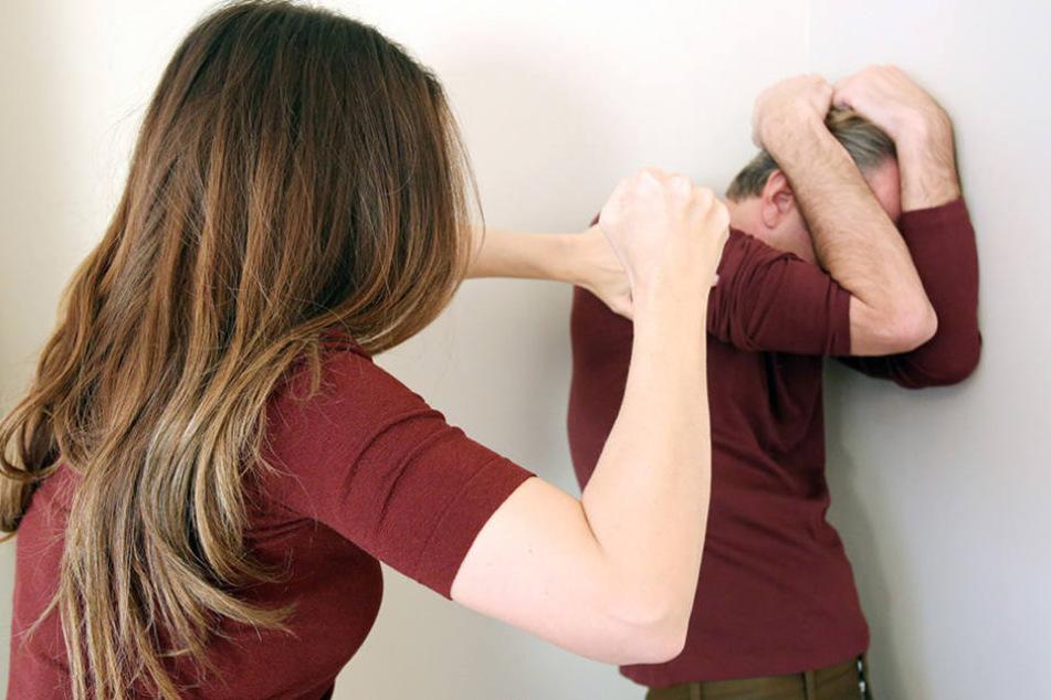 Es geht auch anders herum: Immer wieder werden Männer zu Opfern häuslicher Gewalt.