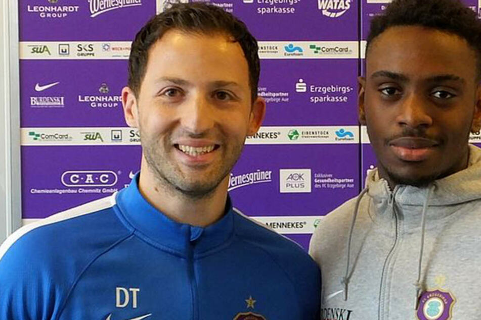 Moise Ngwisani (rechts) verstärkt die Auer Defensive zur kommenden Spielzeit. Trainer Domenico Tedesco (links) hat damit eine Abwehr-Option mehr zur Verfügung.