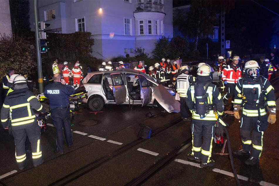 Zahlreiche Rettungskräfte waren am Unfallort im Einsatz.