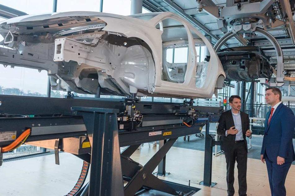 Wirtschaftsminister Martin Dulig (42, SPD) im Gespräch mit VW-Planer Robert Dietze (li.).