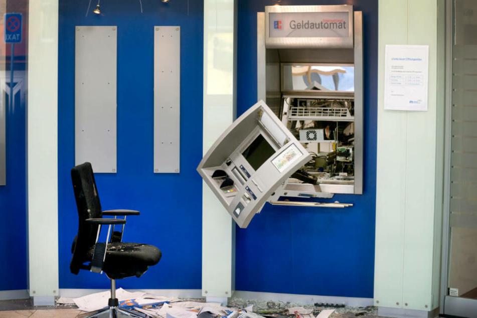 Ein aufgesprengter Geldautomat hängt im Vorraum einer Bank in Neunkirchen-Vluyn am Niederrhein.