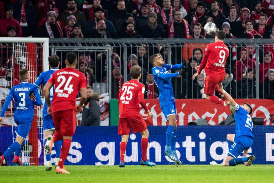 Robert Lewandowski (r) köpft den Ball zur 3:1-Führung für die Bayern.