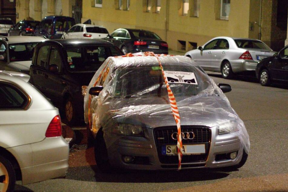 In Folie eingepackte Autos stehen am 18.12.207 in der Innenstadt in Stuttgart. Aktivisten wollen mit dieser Aktion Falschparker zurechtweisen.