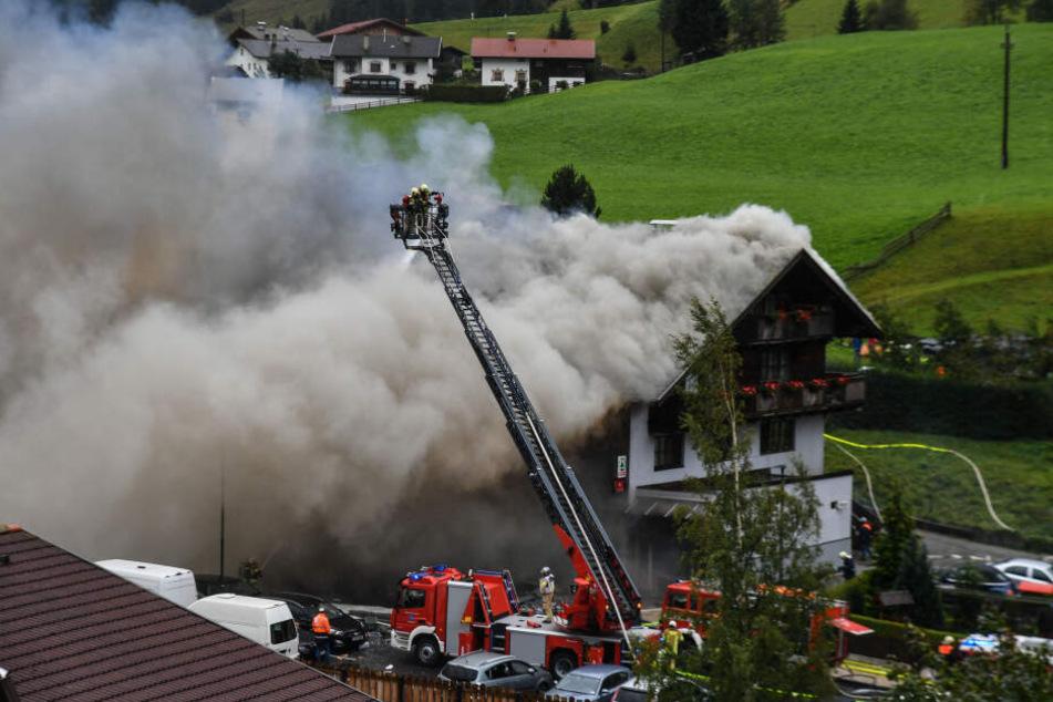 Das brennende Geschäft in St. Jodok. Schwer verletzt wurde anscheinend niemand.