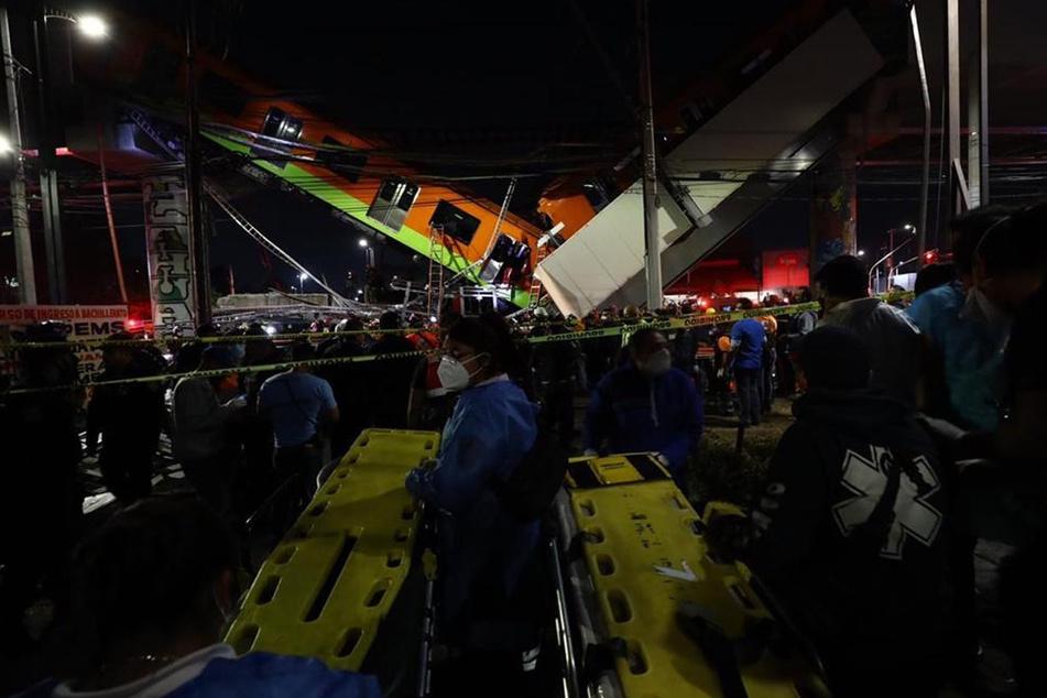 Rettungssanitäter stehen mit Tragen für die Opfer bereit.