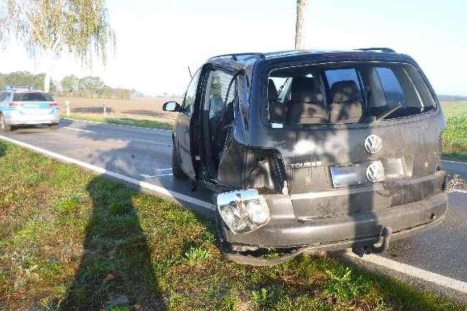 Die Unfallschäden sind am Auto deutlich sichtbar.