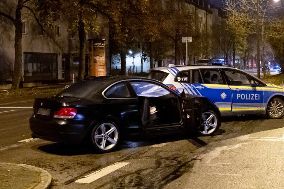 Der beschädigte BMW und ein Polizeiauto stehen am Schicksalsabend in der Fürstenrieder Straße in München.
