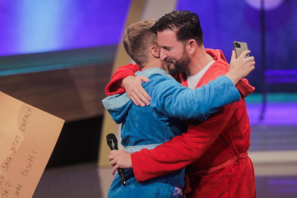 Oliver Pocher (l), Moderator, und Michael Wendler, Sänger, umarmen sich.