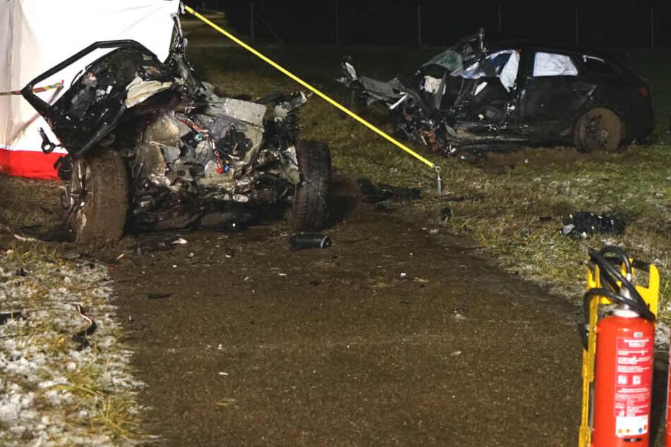 Auto in Fetzen gerissen: 22-Jähriger stirbt nach Baum-Unfall