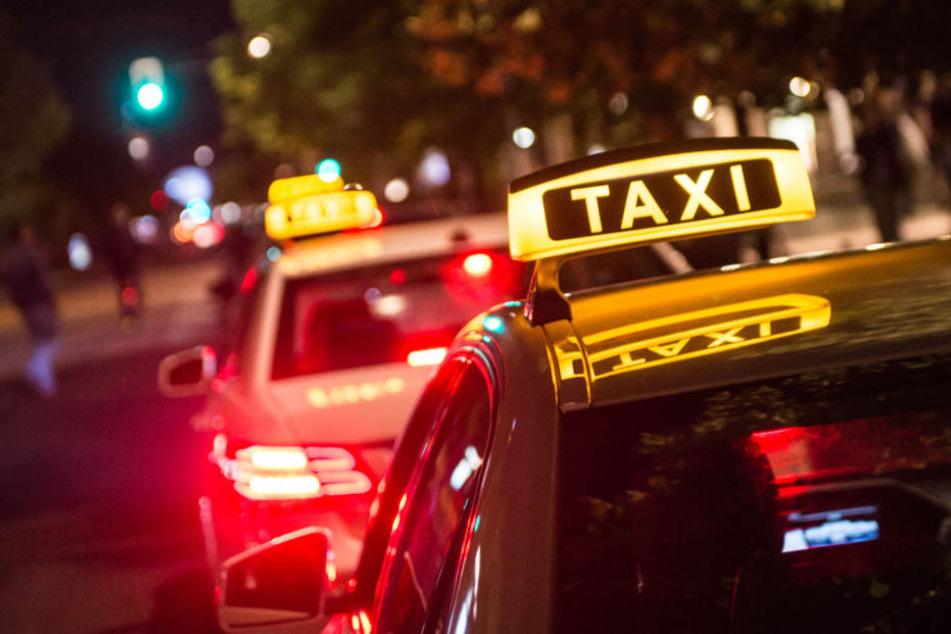 Mit der Flasche griff er die Taxifahrerin von hinten an (Symbolbild).