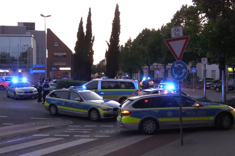 Nach der Schlägerei rückte ein Großaufgebot von Polizei und Rettungsdienst an.
