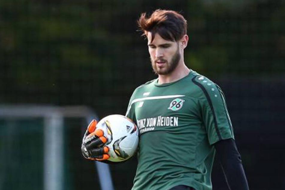 Feierte er seinen 24. Geburtstag vielleicht etwas zu wild? Hannover 96-Torwart Samuel Sahin-Radlinger