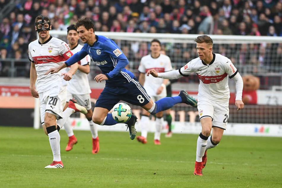 Stuttgarts Christian Gentner (l-r), Schalkes Leon Goretzka und Stuttgarts Dzenis Burnic kämpfen um den Ball.
