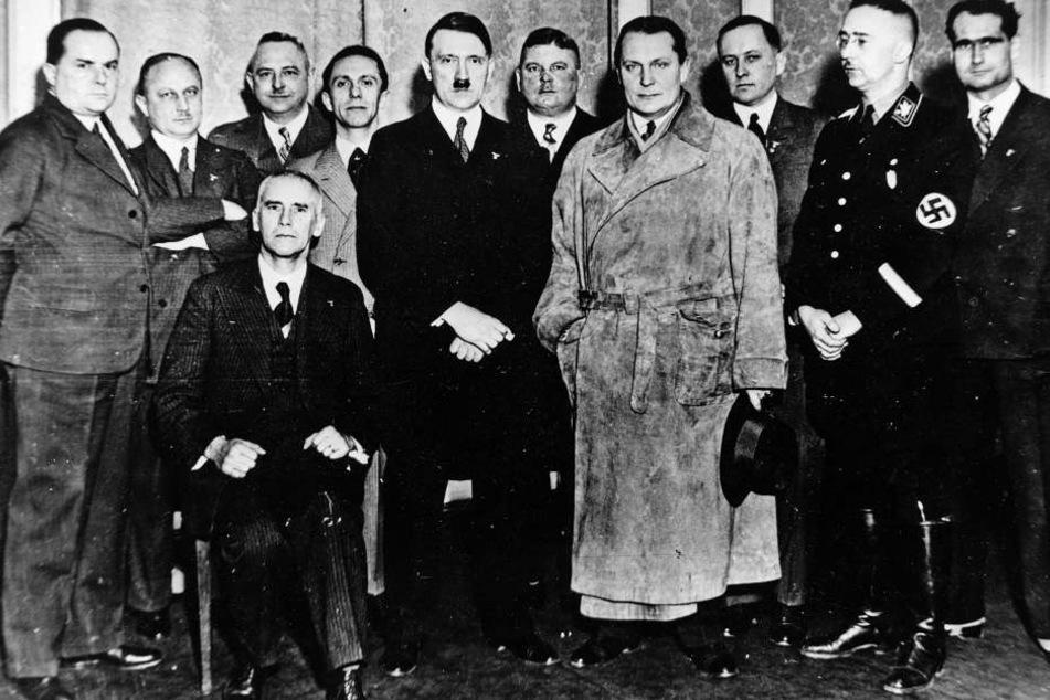 Jugendliche zeigten in einem Berliner Museum den Hitler-Gruß vor einem Foto (Symbolbild) mit Goebbels und Hitler.