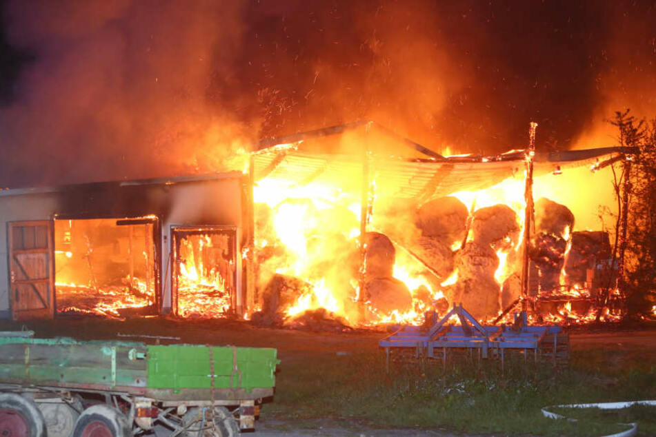 Flachbau und Garage bei Arnsdorf in Flammen