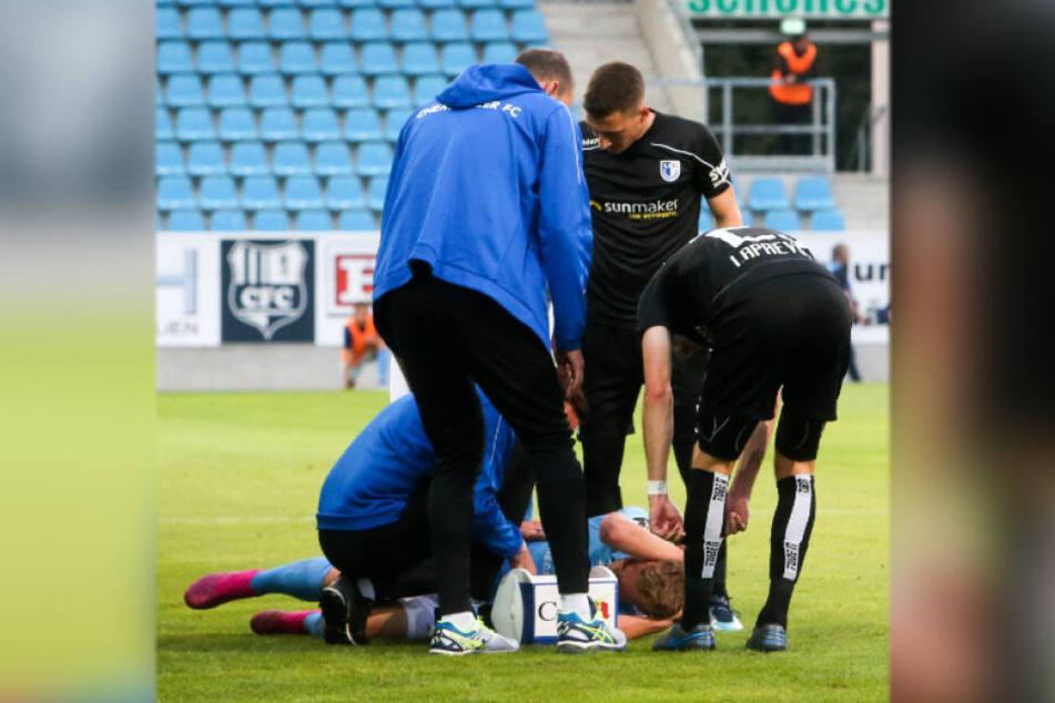 Am 16. August gegen Magdeburg musste Philipp Sturm sieben Minuten nach seiner Einwechslung verletzt raus. Hier wird der Österreicher behandelt.