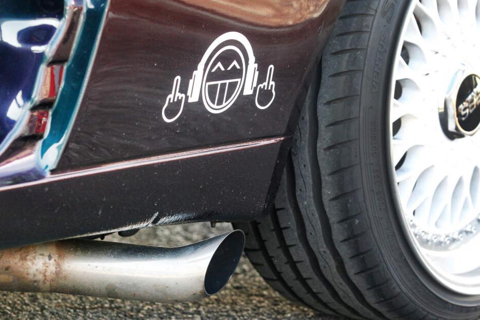 Ein getuntes Auto steht beim großen Tuning-Treffen auf einem Parkplatz. Der Saisonstart für Auto-Tuner steht alljährlich im Frühjahr an.