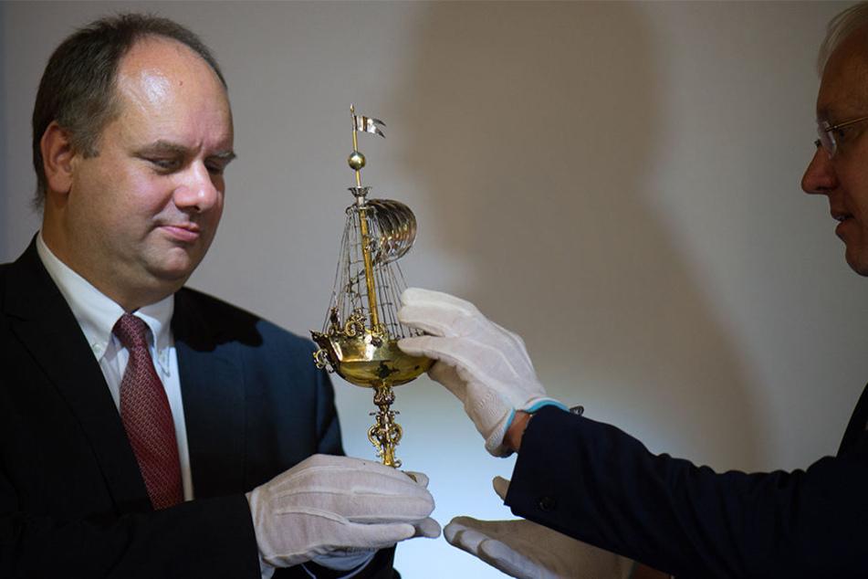 Dresdens OB Dirk Hilbert (li.) und der Direktor der Museen der Stadt Dresden, Gisbert Porstmann (re.) präsentieren den Schiffpokal im Stadtmuseum.