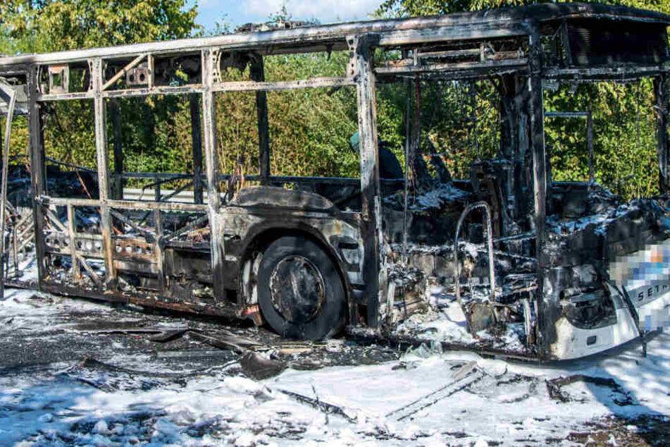 Horror! Linienbus geht bei der Fahrt in Flammen auf