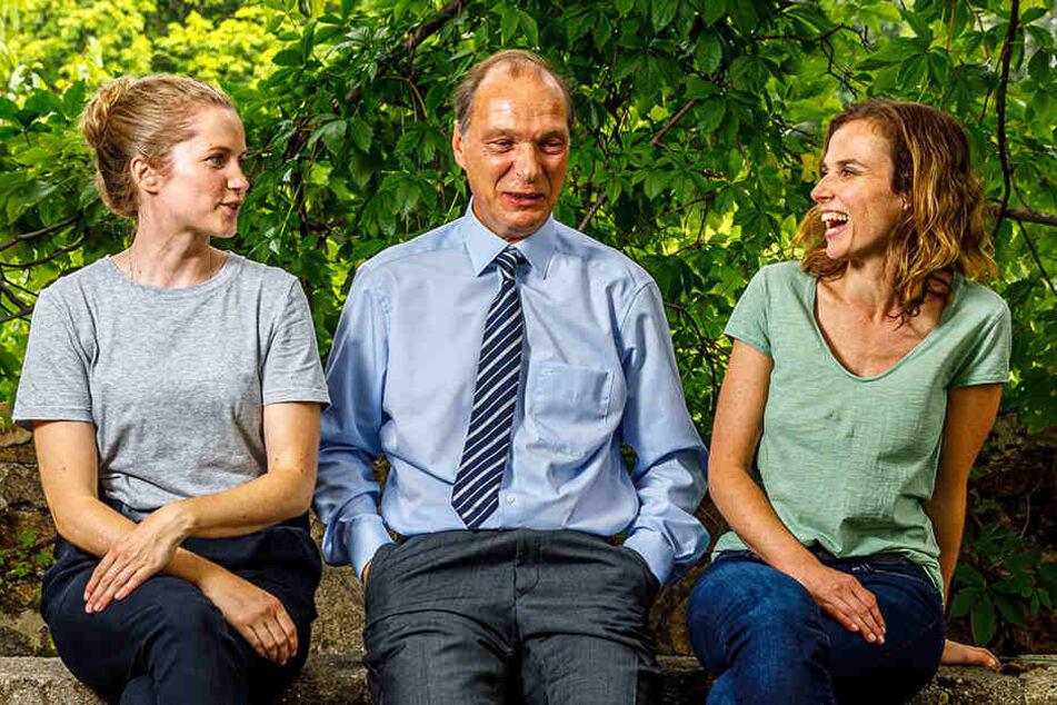 """Tolles Team mit Spaß bei der Arbeit: Cornelia Gröschel (31, l.) und Karin Hanczewski (37) nehmen ihren """"Chef"""" Martin Brambach (51) in die Mitte."""
