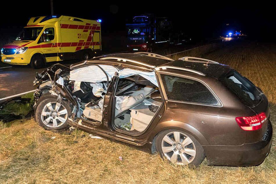 Bei einem Frontalcrash stießen ein Audi und ein Toyota zusammen und wurden auf ein Feld befördert.
