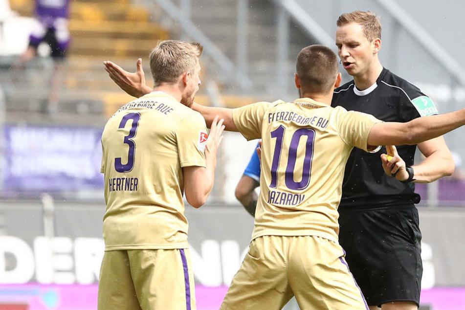 Die Aue-Spieler Sebastian Hertner (links) und Dimitrij Nazarov konnten die Entscheidungen von Schiedsrichter Sören Storks nicht fassen.