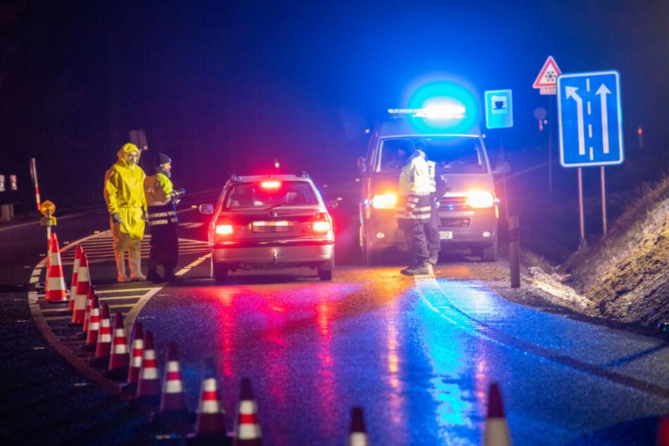 Auf der B174 bei Reitzenhain sichert die tschechische Polizei die Grenze. Bei denjenigen, die noch durch die Grenze dürfen, wird Fieber gemessen.