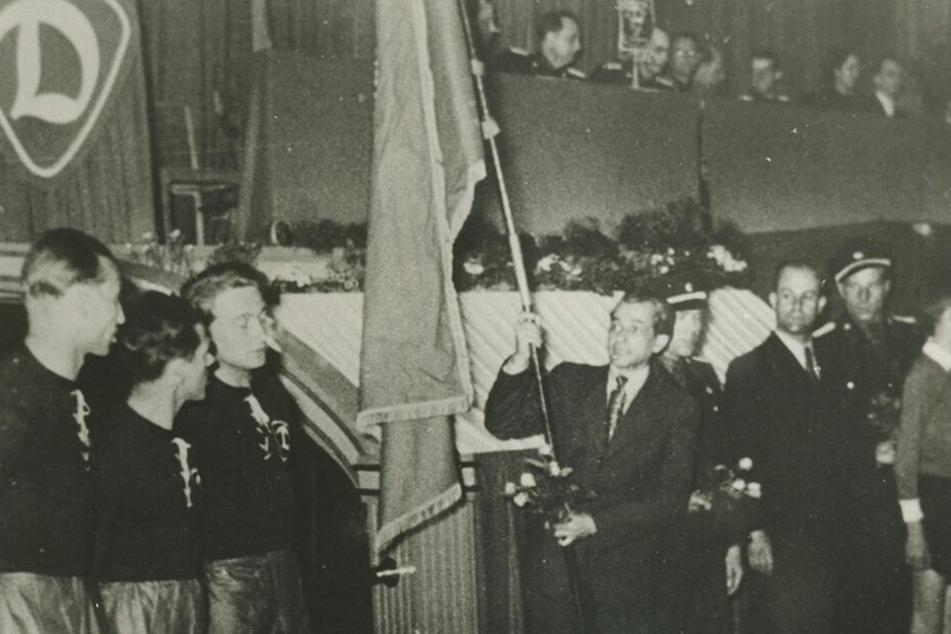 Heinz Tülch (M.) trug bei der Gründungsveranstaltung die Dynamo-Fahne.