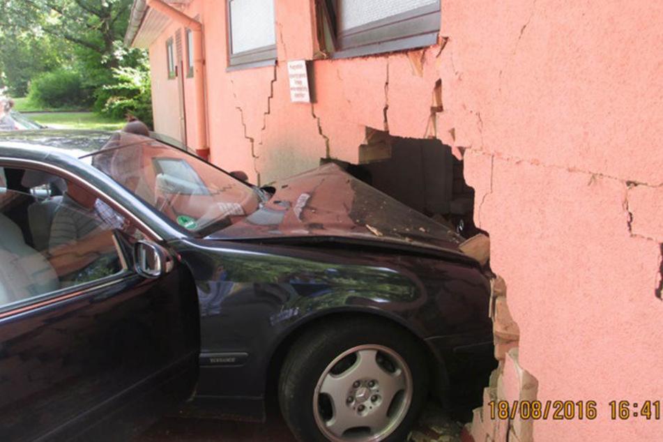 Dieses Auto ist mitten in ein Vereinsheim gerast. Der Fahrer erlitt dabei einen Schock.
