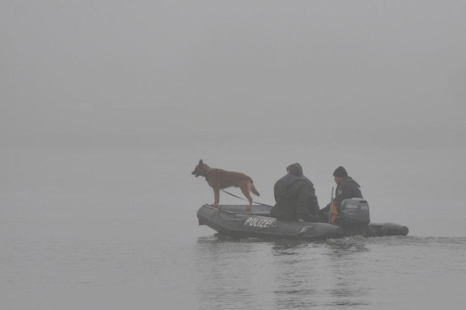 Polizeibeamte suchen im November 2015 bei dichtem Nebel auf der Elbe bei Geesthacht nach der Mutter und ihrer Tochter. (Archivbild.)